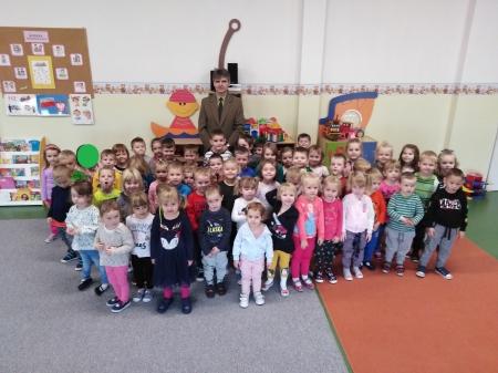 Przedszkolaki poznają zawód leśniczego