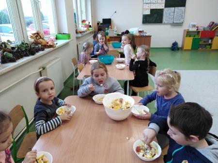 Kuchenne rewolucje Zuchów- robimy sałatkę
