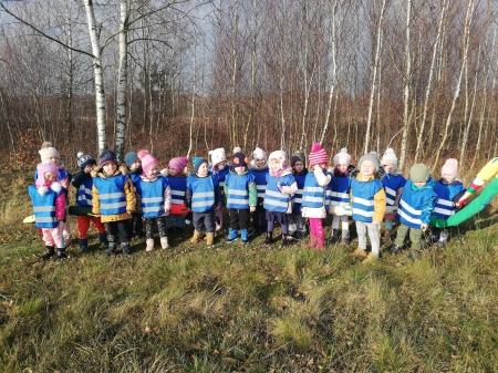 Krasnale w lesie w poszukiwaniu Mikołaja