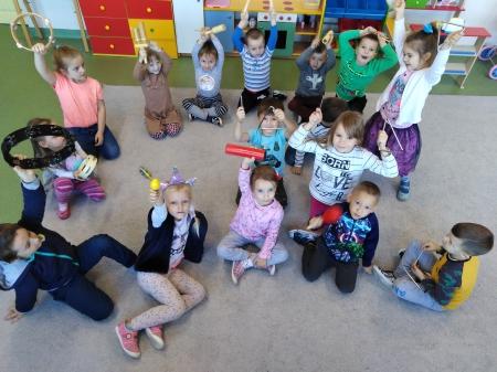 Mali muzykanci. Pięciolatki poznają instrumenty. Zabawy z muzyką w tle
